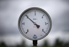 Измеритель давления на дожимной компрессорной станции на газовом месторождении в Полтаве. Украинская полиция обыскала офис и дома двух менеджеров Полтавской газонефтяной компании, сообщил в среду её владелец - JKX Oil & Gas, назвав подозрения в уклонении от налогов необоснованными.  REUTERS/Gleb Garanich (UKRAINE - Tags: ENERGY BUSINESS POLITICS)