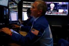 Трейдеры на фондовой бирже в Нью-Йорке. 15 июня 2016 года. Акции США упали пятую сессию кряду в среду после того, как Федеральная резервная система США оставила процентные ставки без изменений, в то время как инвесторы беспокоились о приближающемся референдуме о членстве Британии в ЕС. REUTERS/Lucas Jackson