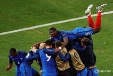 Сборная Франции радуется победе над командой Албании в матче чемпионата Европы в Марселе 15 июня 2016 года. Хозяйка чемпионата Европы 2016 года Франция вырвала в среду победу в матче группового этапа против Албании благодаря двум поздним голам Антуана Гризманна и Димитри Пайе и гарантировала себе выход в 1/8 финала турнира.  REUTERS/Jean-Paul PelissierLivepic