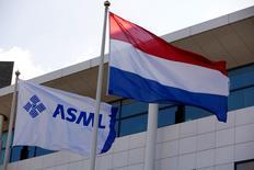 Le néerlandais ASML, le numéro deux mondial des équipements de production de semiconducteurs, a annoncé jeudi un accord portant sur le rachat de son concurrent taïwanais Hermes Microvision pour environ 100 milliards de dollars taïwanais (2,7 milliards d'euros). /Photo d'archives/REUTERS/Michael Kooren