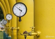 Датчики давления на газовой станции в Дашаве близ города Стрый 28 мая 2015 года. Монопольный экспортер российского газа по трубопроводам Газпром сэкономит $1,6 миллиарда за счет сокращения транзита топлива через Украину, сказал глава госмонополии на Петербургском международном экономическом форуме в четверг. REUTERS/Gleb Garanich