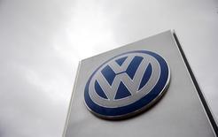 """Volkswagen doit être nettement plus efficace et optimiser son portefeuille d'activités afin de financer les investissements importantes nécessaires pour se transformer après le scandale du """"Dieselgate"""", déclare jeudi son président du directoire. /Photo d'archives/REUTERS/Suzanne Plunkett"""