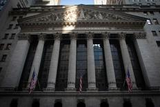 La Bourse de New York a débuté en baisse jeudi au lendemain de l'avertissement de la Réserve fédérale sur les risques de ralentissement économique, venu s'ajouter aux inquiétudes liées au référendum britannique du 23 juin sur l'UE. Quelques minutes après le début des échanges, le Dow Jones perd 0,62%. /Photo d'archives/REUTERS/Carlo Allegri