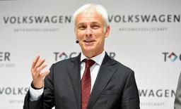"""Le président du directoire de Volkswagen, Matthias Müller. Le constructeur allemand veut investir plus de 10 milliards d'euros d'ici 2025 dans des domaines comme la voiture électrique et les services d'autopartage pour tenter de se transformer après le scandale du """"Dieselgate"""". /Photo prise le 16 juin 2016/REUTERS/Fabian Bimmer"""