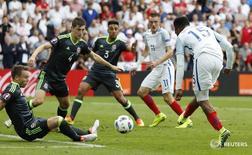 Нападающий сборной Англии Даниэль Старридж (справа) забивает гол в ворота команды Уэльса в матче чемпионата Европы в Лансе 16 июня 2016 года. Гол вышедшего на замену форварда Даниэля Старриджа в добавленное время принес сборной Англии победу в матче против Уэльса на чемпионате Европы по футболу. REUTERS/Christian Hartmann Livepic