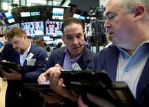 Трейдеры на торгах фондовой биржи в Нью-Йорке 10 июня 2016 года. Фондовые индексы США закрылись в плюсе в четверг, в то время как инвесторы пытались предугадать влияние убийства депутата британского парламента на предстоящий референдум о членстве в ЕС. REUTERS/Brendan McDermid