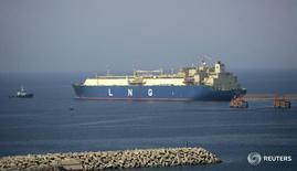 Танкер Hyundai Ecopia покидает экспортный терминал в Бальхафе 7 ноября 2009 года. ВТБ и Совкомфлот в пятницу заключили соглашение о проектном финансировании на сумму $260 миллионов сроком до 13 лет, сообщил банк. REUTERS/Khaled Abdullah
