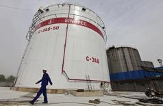 Sinopec y su filial Addax han formalizado una demanda arbitral por importe de 5.500 millones de dólares (unos 4.887 millones de euros) contra Talisman, con relación a una sociedad conjunta que Sinopec tiene en Reino Unido con la compañía canadiense, integrada en la petrolera española desde el año pasado. Imagen de archivo de un tanque de hidrocarburos de Sinopec. REUTERS