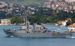 """Эсминец """"Портер"""" в проливе Босфор, на пути в Черное море. США сохранят военное присутствие в Чёрном море, несмотря на заявления России о том, что американский эсминец, патрулирующий морское пространство, подрывает региональную безопасность, сказал секретарь ВМС США Рей Мэйбус. REUTERS/Murad Sezer"""