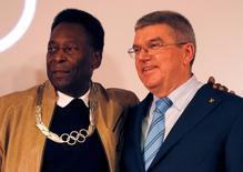 Ex-jogador Pelé e presidente do COI, Thomas Bach, durante evento no Museu Pelé, em Santos.    16/06/2016         REUTERS/Paulo Whitaker