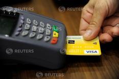 Un empleado de una tienda acepta un pago con tarjeta de crédito en una boutique en Atenas. REUTERS/Michalis Karagiannis