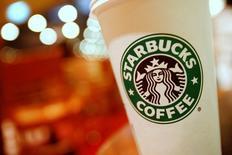 """Un café de Starbucks en una de sus tiendas en Hong Kong, China. 16 de enero de 2011. Un juez federal dijo que dos clientes de Starbucks pueden perseverar en una demanda en la que acusan a la cadena de cafeterías de no llenar completamente sus """"lattes"""" o cafés con leche. REUTERS/Joel Boh/File Photo"""