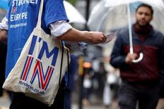 Dos encuestas sugirieron el lunes que los partidarios de que el Reino Unido se quede en la Unión Europea han ganado terreno tras la muerte de una legisladora europeísta, pero un tercer sondeo mostró que quienes quieren dejar el bloque continental tiene una ligera ventaja. En la imagen, un partidario de la campaña a favor de permanecer en la UE en Holborn, Londres, el 20 de junio de 2016. REUTERS/Luke MacGregor