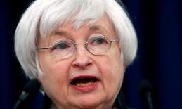 Janet Yellen, la présidente de la Réserve fédérale américaine, estime mardi que les risques à l'international (notamment le Brexit) et le ralentissement des créations d'emplois aux Etats-Unis justifient une approche prudente dans le relèvement des taux d'intérêt alors que la Fed veut avoir confirmation que la reprise économique américaine est toujours sur les rails. /Photo prise le 15 juin 2016/REUTERS/Kevin Lamarque