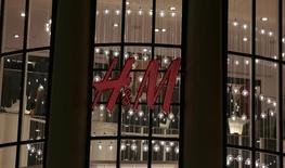 Grevé par des effets de change et des démarques, le bénéfice de H&M sur la période mars-mai est en baisse, mais conforme au consensus. /Photo prise le 8 mars 2016/REUTERS/Eric Gaillard