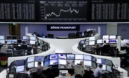 Operadores trabajando en la Bolsa de Fráncfort, Alemania. 21 de junio de 2016. Las bolsas europeas cotizaban estables en la mañana del miércoles, y dos índices regionales clave alcanzaron máximos de más de dos semanas gracias al avance del sector financiero. REUTERS/Staff/Remote