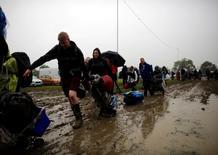 Fãs carregando pertences na chegada do Festival de Glastonbury, na Inglaterra.   22/06/2016     REUTERS/Stoyan Nenov