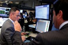 Operadores trabajando en la Bolsa de Nueva York, Estados Unidos. 15 de junio de 2016. Las acciones abrieron con pocos cambios el miércoles en la bolsa de Nueva York, pues los inversores optaban por evitar grandes apuestas a un día del referendo sobre la membresía de Reino Unido en la Unión Europea. REUTERS/Lucas Jackson