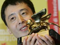 Diretor Jia Zhang-ke posa com Leão de Ouro em Veneza.  9/9/2006.       REUTERS/Fabrizio Bensch