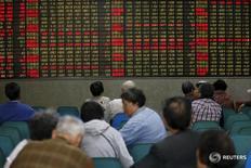 Инвесторы в броекрской конторе в Шанхае 21 апреля 2016 года. Китайские акции подешевели в четверг, но объёмы торгов оказались небольшими, поскольку большинство инвесторов держались в стороне в ожидании итогов референдума о членстве Великобритании в ЕС. REUTERS/Aly Song