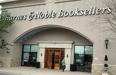 Barnes & Noobles est une valeur à suivre jeudi à Wall Street. La chaîne de librairies a dit s'attendre à une évolution de ses ventes à magasins constants comprise entre zéro et 1% au cours de l'exercice fiscal en cours. L'action a bondi de 6,2% à 11,09 dollars après la clôture mercredi, après avoir terminé la séance sur une chute de 7%. /Photo prise le 22 juin 2016/REUTERS/Rick Wilking