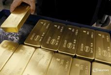 Слитки золота на заводе Красцветмет в Красноярске 5 июня 2015 года. Золотовалютные резервы РФ на конец прошлой недели составили $394,7 миллиарда, и это их максимальный уровень с 19 декабря 2014 года, достигнутый в основном за счет переоценки валют и активов, а также благодаря возврату российскими банками валюты, бравшейся ранее ими у регулятора. REUTERS/Ilya Naymushin