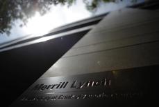 La SEC, le gendarme boursier américain, a infligé à Merrill Lynch une amende de 415 millions de dollars (365 millions d'euros). La filiale de Bank of America était accusée d'usage indu de l'argent de la clientèle et de n'avoir pas protégé les titres de cette dernière des créanciers. /Photo d'archives/REUTERS/Michael Buholzer