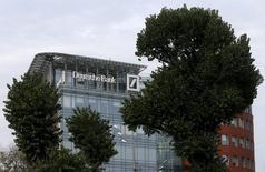 Deutsche Bank a conclu un accord avec les représentants de son personnel sur la fermeture d'un quart de ses agences en Allemagne, dans le cadre de ses efforts de réduction des coûts /Photo d'archives/REUTERS/Maxim Zmeyev