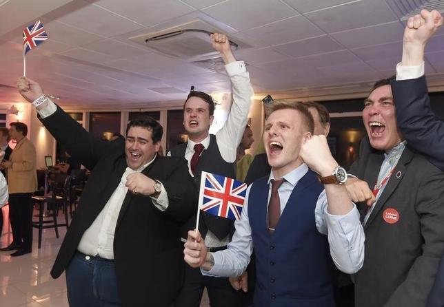 6月24日、BBCは、EU離脱の是非を問う英国の国民投票で、離脱派が勝利するもようだと伝えた。写真は離脱を支持する人々。ロンドンで23日撮影(2016年 ロイター/Toby Melville)