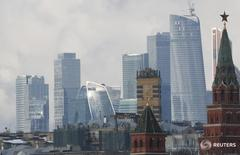 Вид на Кремль и деловой район в Москве 27 февраля 2016 года. Инвестирующие в акции РФ фонды получили $83 миллиона свежей ликвидности за неделю, завершившуюся 22 июня, показав лучший результат в группе стран БРИКСТ, пишет Sberbank CIB со ссылкой на данные EPFR Global. REUTERS/Grigory Dukor