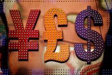 El signo de la libra esterlina (medio) junto al del sólar y el yen, en una casa de cambio en Hong Kong, China. 30 de octubre de 2014. La libra esterlina cayó un 10 por ciento el viernes, a 1,3228 dólares, su nivel más débil desde antes de 1985, luego que la mayoría de los británicos votó por dejar la Unión Europea, lo que provocó un movimiento global del capital a activos considerados seguros, como el yen y el franco suizo. REUTERS/Damir Sagolj