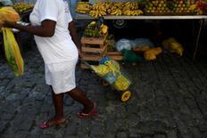 Una mujer compra en una feria en Río de Janeiro, Brasil. 6 de mayo de 2016. La confianza del consumidor brasileño avanzó en junio por segunda vez consecutiva ante la nueva mejoría de las expectativas y llegó a su mayor nivel en un año, dijo el lunes la Fundación Getulio Vargas. REUTERS/Pilar Olivares