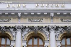 Вид на здание ЦБР в Москве 29 января 2016 года. Банк России с 1 августа 2016 года повышает на 0,75 процентного пункта нормативы обязательных резервов по обязательствам банков в рублях и в иностранной валюте, сообщил регулятор. REUTERS/Maxim Zmeyev