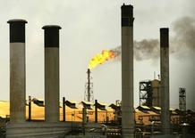Imagen de archivo de unas chimeneas en la refinería Amuay Cardón en Venezuela, abr 4, 2003. El Centro de Refinación Paraguaná, el más grande de Venezuela, está operando desde el domingo en casi una cuarta parte de su capacidad, según un informe interno de la estatal Petróleos de Venezuela (PDVSA), difundido por un líder sindical. Reuters/Jorge Silva