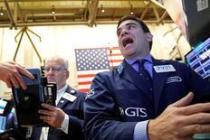 La Bourse de New York a prolongé lundi son mouvement de baisse enclenché vendredi, aucun élément nouveau n'ayant permis de dissiper les craintes d'une période d'incertitude durable sur les marchés mondiaux après le choc provoqué par le vote des Britanniques en faveur d'une sortie de l'Union européenne. L'indice Dow Jones a perdu 1,50% Le Standard & Poor's-500, plus large et principale référence de nombreux investisseurs, a cédé 1,81%) et le Nasdaq Composite a reculé de 2,41%. /Photo prise le 27 juin 2016/REUTERS/Brendan McDermid