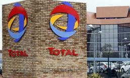 Total a remporté un appel d'offres pour une participation de 30% pendant 25 ans dans l'exploitation du principal gisement pétrolier offshore du Qatar. La compagnie nationale Qatar Petroleum (QP) conservera les 70% restants de cette co-entreprise pour le gisement Al-Shaheen, qui produit environ 300.000 barils par jour. /Photo d'archives/REUTERS