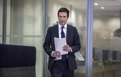 El ministro de Finanzas británico, George Osborne, dijo que es fundamental que Reino Unido proporcione estabilidad fiscal tras la decisión de los votantes de abandonar la Unión Europea, que ha provocado un desplome de la libra esterlina y de los mercados. En la imagen, el ministro de Finanzas británico, George Osborne, momentos antes de dar una rueda de prensa en el centro de Londres, el pasado 27 de junio de 2016.  REUTERS/Richard Pohle/Pool
