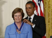 U.S. President Barack Obama awards a 2012 Presidential Medal of Freedom to former University of Tennessee basketball coach Pat Summitt during a ceremony in the East Room of the White House in Washington, May 29, 2012.  REUTERS/Kevin Lamarque