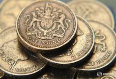 Монеты валюты фунт стерлингов в центре Лондона 17 июня 2008 года. Высокодоходные и рискованные валюты, такие как австралийский доллар, выросли наравне с фунтом стерлингов во вторник, так как инвесторы сделали перерыв в распродаже, спровоцированной решением Великобритании выйти из Европейского союза. REUTERS/Toby Melville