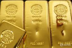 Слитки золота в магазине Ginza Tanaka в Токио 23 октября 2009 года. Золото подешевело почти на 1 процент во вторник, поскольку покупатели зафиксировали прибыль после самого мощного двухдневного ралли с конца 2008 года, вызванного решением Великобритании проголосовать за выход из Европейского союза. REUTERS/Issei Kato