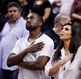 Rapper Kanye West e a mulher, a estrela de reality show Kim Kardashian, durante jogo de basquete em Miami, em dezembro de 2012. REUTERS/Andrew Innerarity