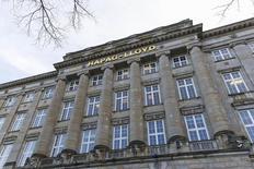 La sede de la empresa alemana de transporte de contenedores Hapag-Lloyd en Hamburgo, Alemania, dic 6, 2013. La empresa alemana de transporte de contenedores Hapag-Lloyd accedió a un acuerdo de fusión con United Arab Shipping Company (UASC), lo que crearía un grupo con un valor estimado de entre 7.000 y 8.000 millones de euros (7.700 y 8.900 millones de dólares), mientras ambos buscan superar el mal momento por el que atraviesa el mercado.    REUTERS/Morris Mac Matzen