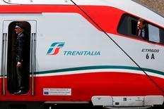 Le français Alstom, une filiale italienne d'Hitachi et le suisse Stadler ont remporté des contrats d'une valeur cumulée de 4,5 milliards d'euros pour construire des trains pour la compagnie ferroviaire italienne Trenitalia. /Photoprise le 26 mai 2016/REUTERS/Alessandro Bianchi