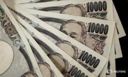 Купюры валюты иена в Токио 2 августа 2011 года. Иена выросла на азиатских торгах в среду, а некоторое подобие стабильности помогло фунту стерлингов и евро удерживаться выше минимумов, зафиксированных после Brexit, хотя неопределенность все еще мешает европейским валютам. REUTERS/Yuriko Nakao/File Photo
