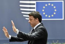 España y Portugal están en riesgo de ser sancionados por la Unión Europea por sus déficit públicos, dijo el primer ministro italiano el miércoles, después de una cumbre en donde los líderes europeos hablaron sobre los agujeros fiscales de los estados miembros y de la banca En la imagen, Renzi gesticula al salir de una cumbre de la UE en Bruselas, el 28 de junio de 2016. REUTERS/Eric Vidal