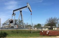 Una máquina de bombeo de petróleo en Velma, Oklahoma el 7 de abril de 2016. Los precios del petróleo ampliaban ganancias el miércoles en momentos en que operadores se volcaban de nuevo a los mercados afectados por el impacto inicial del referendo británico de la semana pasada en el que Reino Unido decidió abandonar la Unión Europea. REUTERS/Luc Cohen