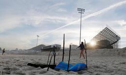 Pedaço de um corpo mutilado perto da área onde está sendo construída a arena do vôlei de praia, que será usada na Olimpíada, na praia de Copacabana, no Rio de Janeiro 29/06/2016 REUTERS/Sergio Moraes