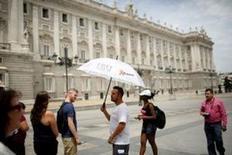 España recibió en mayo 7,1 millones de turistas extranjeros, lo que supuso un aumento del 7,4 por ciento respecto al mismo mes del año anterior, según cifras publicadas el jueves por el Instituto Nacional de Estadística. En la imagen de archivo, turistas frente al Palacio Real de Madrid, el 9 de junio de 2016. REUTERS/Juan Medina