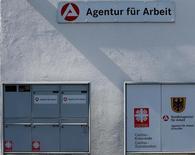 Le nombre de chômeurs a encore reculé en juin en Allemagne, plus fortement que prévu, et le taux de chômage est resté stable à à 6,1%, montrent les données publiées jeudi par l'Office fédéral du Travail. L'Allemagne compte 6.000 chômeurs de moins, à 2,690 millions de personnes. /Photo d'archives/REUTERS/Michael Dalder