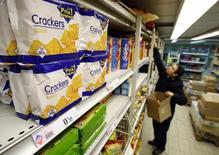 La zona euro volvió a niveles positivos de inflación en junio después de cuatro meses de descensos o estancamiento de los precios al consumidor, debido principalmente a una marcada desaceleración en la caída de los precios de la energía, según una estimación preliminar de la agencia de estadísticas de la Unión Europea. En la imagen, un empleado llena las estanterías de un supermercado en Niza, Francia, el 28 de febrero de 2008 REUTERS/Eric Gaillard